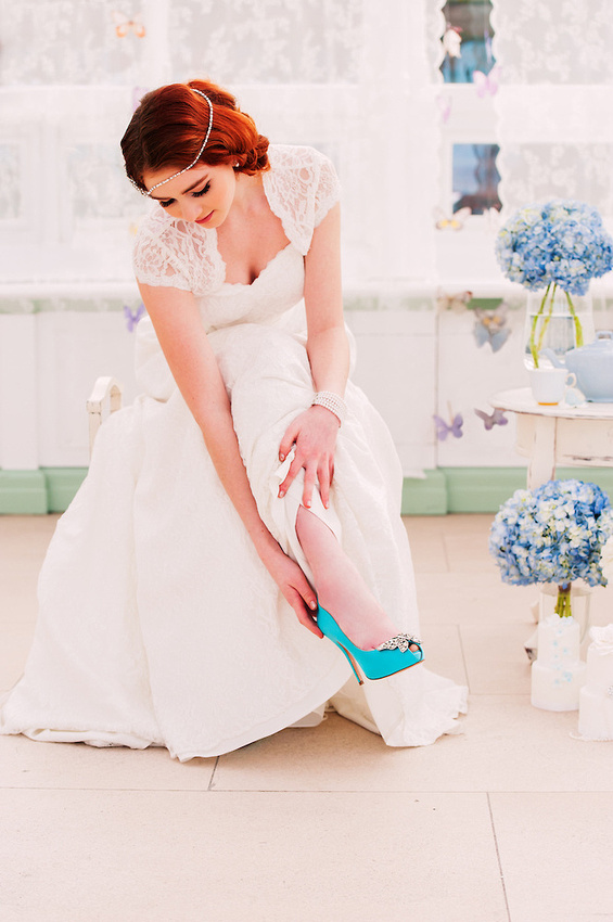 A pop of colour to modernise a vintage style bride (Ioan Said / Celynnen Photography)