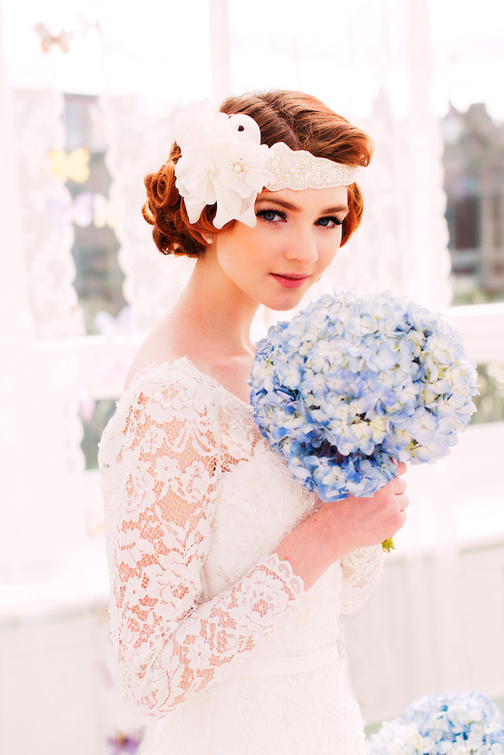 A vintage style bride holding a bouquet (Ioan Said / Celynnen Photography)